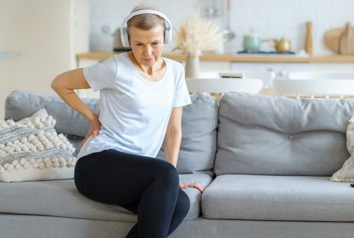 femme adulte douleur lombaire sofa